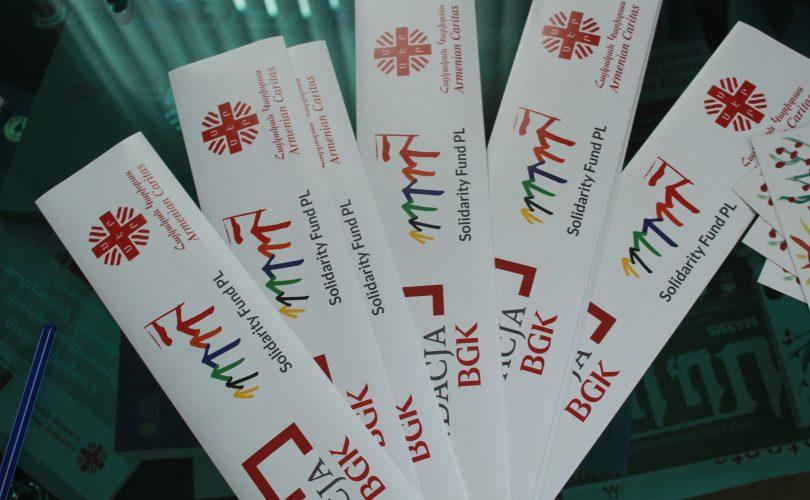 Projekt realizują: FSM, Armenian Caritas, ze środków Fundacji BGK im. Jana Kantego Steczkowskiego//Naklejki przedstawiające realizatorów projektu